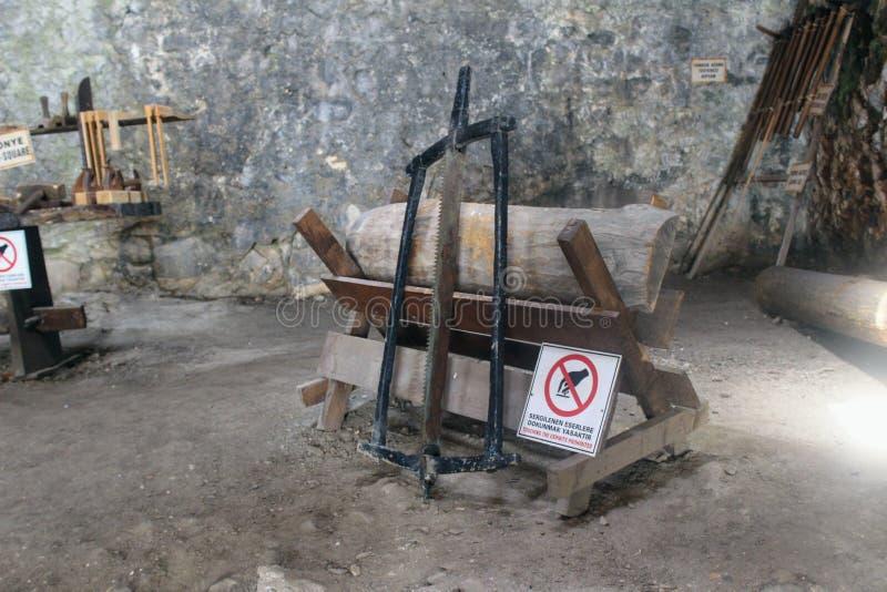 Gli strumenti che sono stati utilizzati per costruire le navi a questo cantiere navale antico Alanya, Turchia fotografia stock libera da diritti