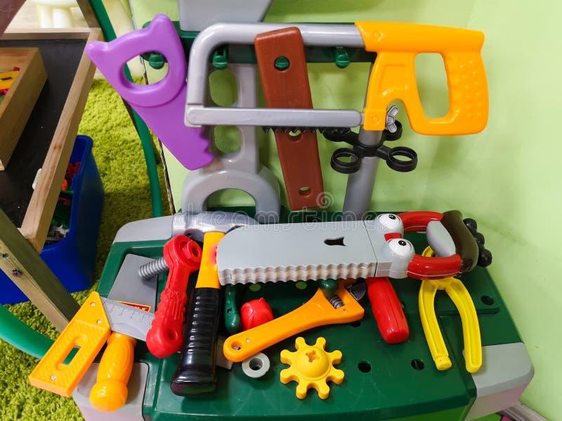 Gli strumenti dei bambini per la riparazione e costruzione I giocattoli degli uomini per i bambini fotografie stock libere da diritti