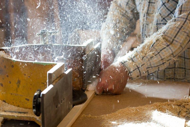 Gli strumenti del carpentiere sulla tavola di legno con segatura circolare hanno visto Taglio della plancia di legno fotografia stock libera da diritti
