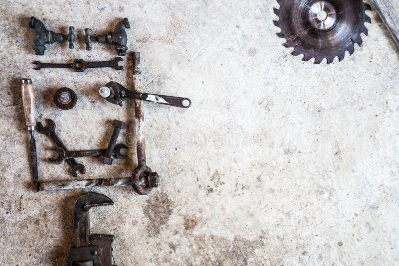 Gli strumenti e le parti hanno sistemato sotto forma di un fronte sorridente su cemento immagini stock libere da diritti