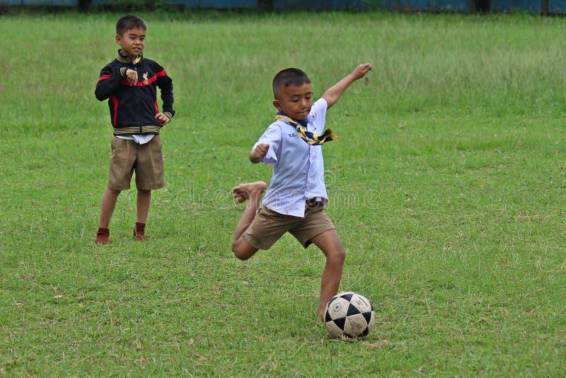 Gli studenti asiatici stanno giocando a calcio fotografia stock libera da diritti