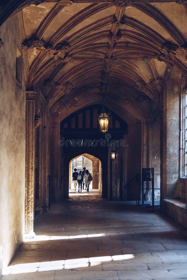 Gli studenti camminano dentro all'istituto universitario della chiesa di Cristo, Oxford immagine stock libera da diritti