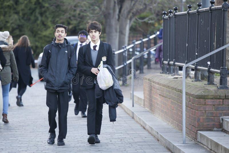 Gli studenti camminano lungo la banca del sud del Tamigi immagine stock