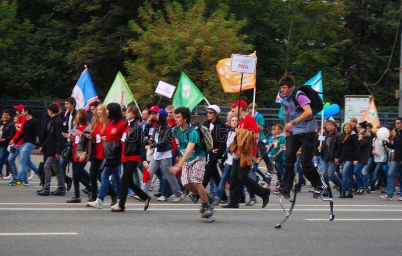 Gli studenti camminano sulla via, essi partecipano alla parata fotografia stock libera da diritti