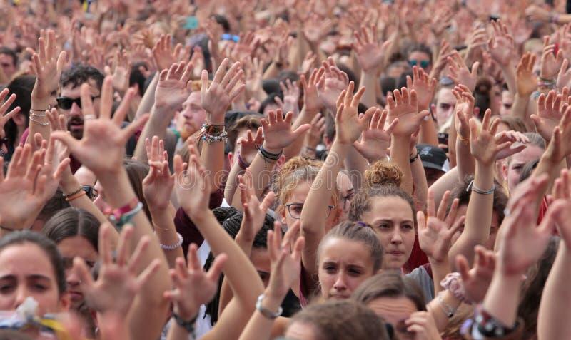 Gli studenti di Barcellona sollevano le loro mani durante la dimostrazione per indipendenza fotografia stock