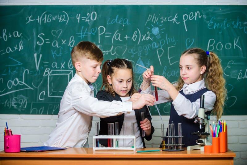 gli studenti fanno gli esperimenti di biologia con il microscopio Microscopio di chimica Microscopio del laboratorio Il giorno de immagini stock