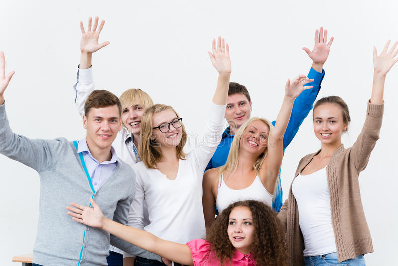 Gli studenti nella classe hanno sollevato le loro mani fotografie stock