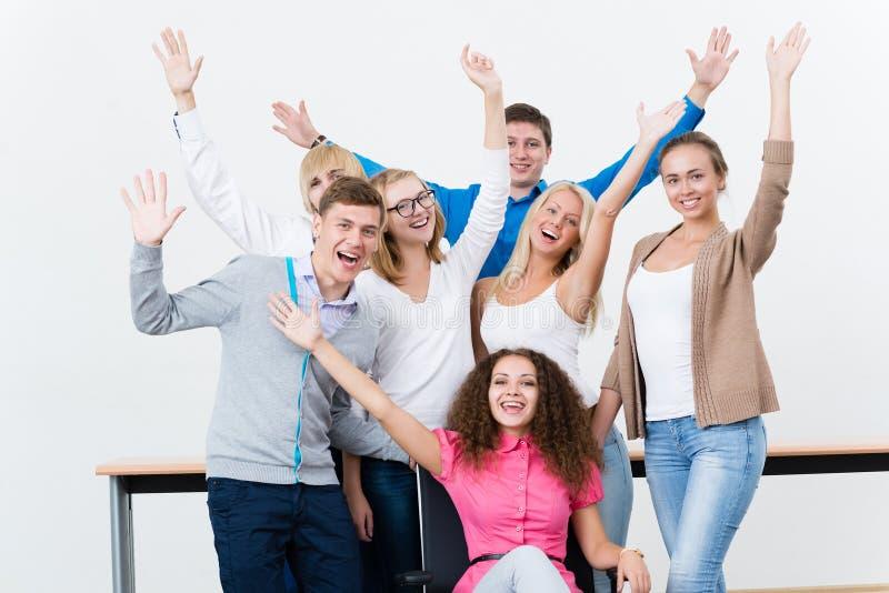 Gli studenti nella classe hanno sollevato le loro mani immagini stock libere da diritti