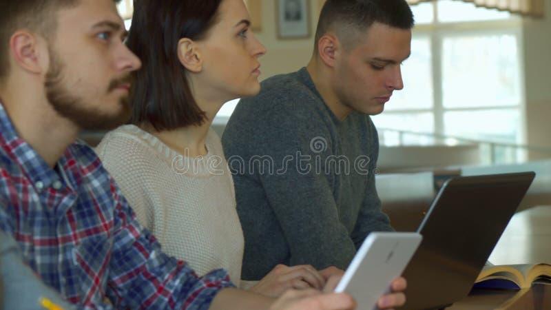 Gli studenti nota la conferenza sugli aggeggi differenti immagine stock