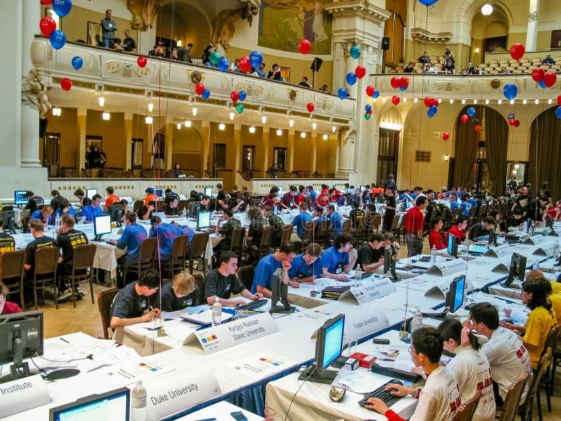 Gli studenti risolvono le mansioni al concorso di programmazione collegiale internazionale immagine stock