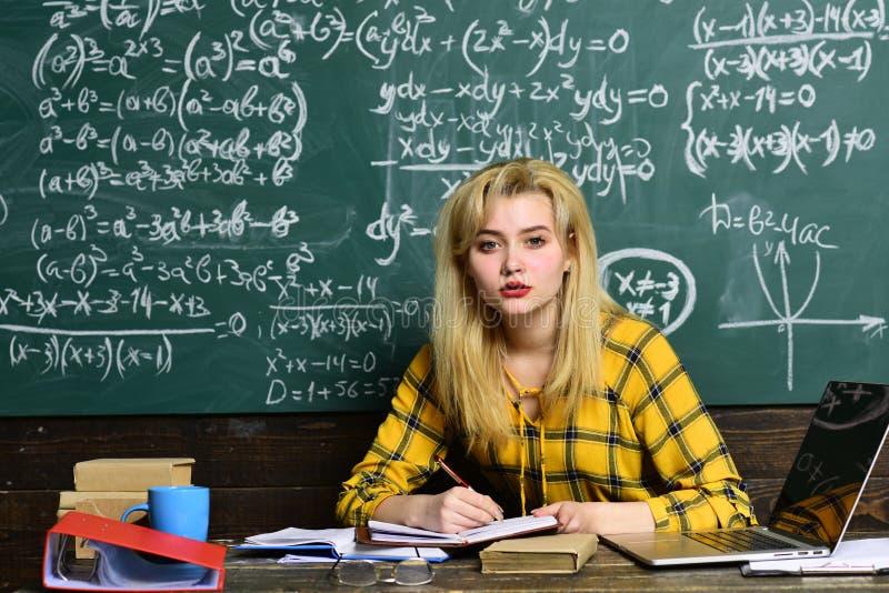 Gli studenti si eccitano solitamente circa il materiale Gli studenti preparano per successo questo anno scolastico Insegnante in  fotografia stock