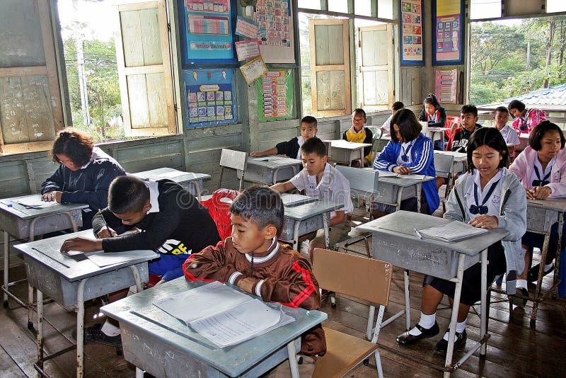 Gli studenti stanno studiando nella loro aula immagine stock