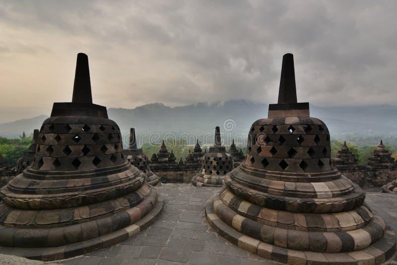 Gli stupas al tempio di Borobudur Magelang Java centrale l'indonesia fotografia stock libera da diritti