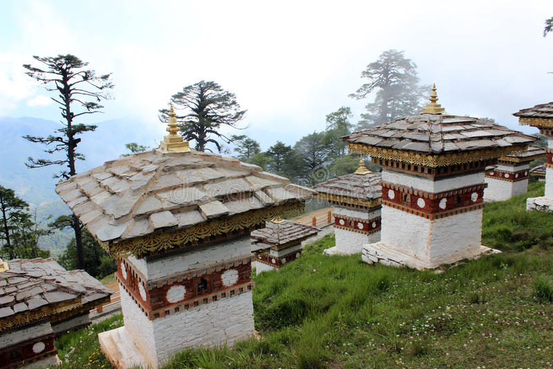 Gli stupas di stile del Bhutanese al Dochula passano in Bhu immagine stock