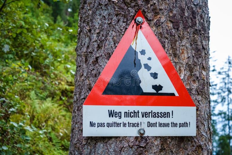 Gli svizzeri cantano l'avvertimento per i pericoli di lasciare il percorso fotografia stock libera da diritti
