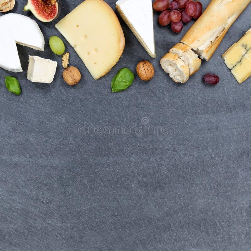 Gli svizzeri del piatto del vassoio del bordo del formaggio impanano il copyspace del camembert squar fotografia stock libera da diritti