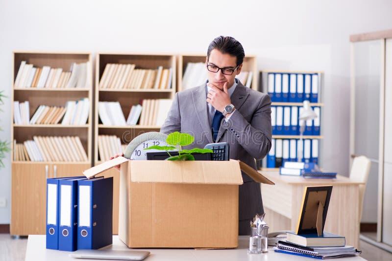 Gli uffici commoventi del giovane uomo d'affari dopo essere stato reso ridondante immagini stock