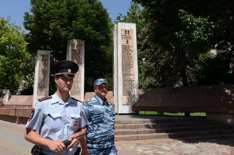 Gli ufficiali di polizia sorvegliano una via nel centro di Volgograd fotografia stock