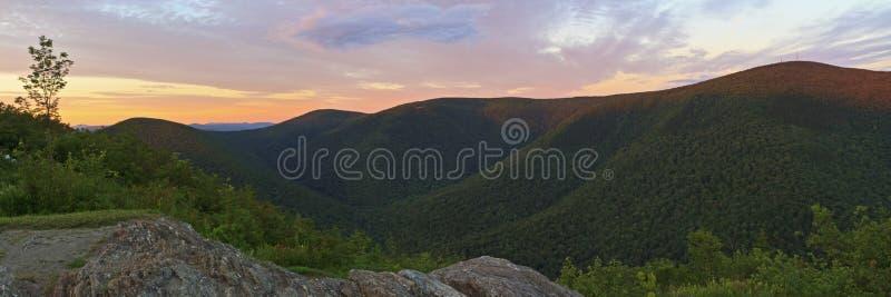 Tramonto di Mt. Greylock da Ridge pietroso fotografie stock