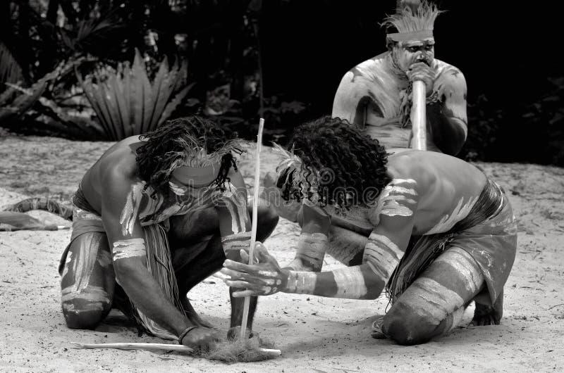 Gli uomini aborigeni dei guerrieri di Yugambeh dimostrano il fuoco che fa il mestiere fotografie stock