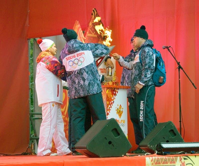 Gli uomini accendono la fiamma in scena immagini stock