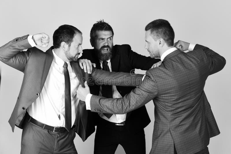 Gli uomini con la barba ed i fronti aggressivi combattono per la direzione immagini stock