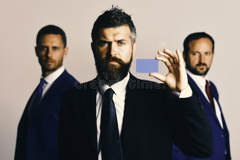 Gli uomini con la barba ed i fronti seri annunciano la società e l'associazione immagini stock libere da diritti