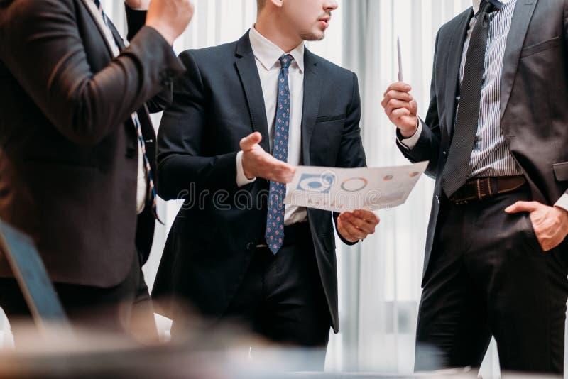 Gli uomini corporativi di affari di riunione di vendita discutono fotografia stock libera da diritti