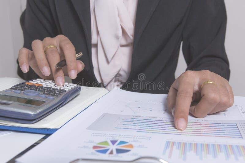 Gli uomini d'affari che lavorano con i dati del grafico all'ufficio, responsabili di finanza incaricano, affare di concetto e fin immagini stock