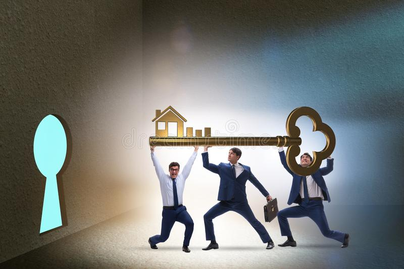 Gli uomini d'affari nel concetto di ipoteca di bene immobile immagine stock libera da diritti