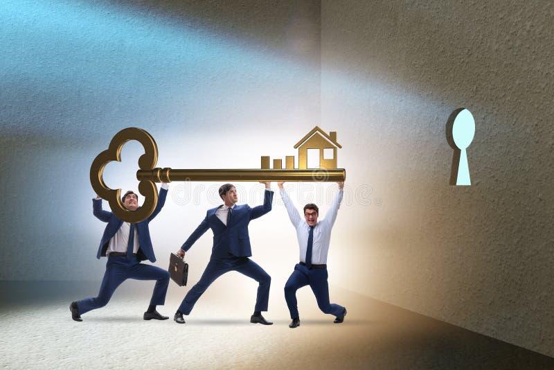 Gli uomini d'affari nel concetto di ipoteca di bene immobile fotografie stock
