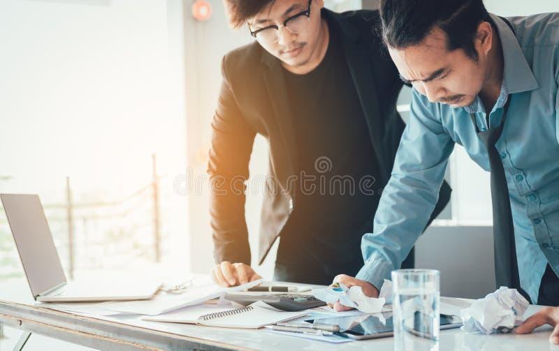 Gli uomini d'affari sono sollecitati circa il suo lavoro all'ufficio immagine stock libera da diritti