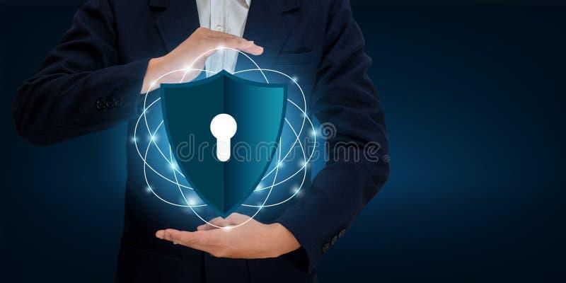 Gli uomini d'affari stringono le mani per proteggere le informazioni in Cyberspace Lo schermo della tenuta dell'uomo d'affari pro immagine stock libera da diritti
