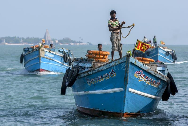Gli uomini dirigono una barca del trasporto (traghetto) nel porto a Kurikadduwan nello Sri Lanka del Nord fotografie stock libere da diritti