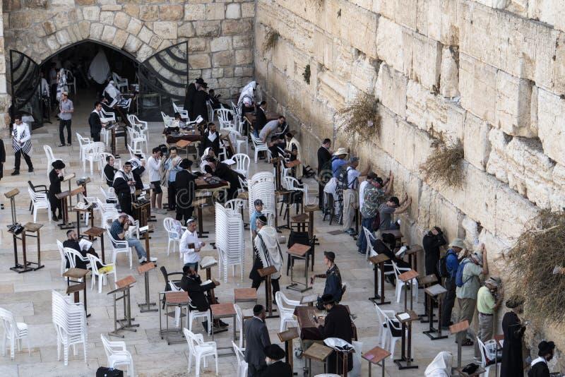 Gli uomini ebrei prega durante le preghiere penitenziali vicino alla parete lamentantesi a Gerusalemme fotografia stock libera da diritti