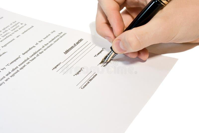 Gli uomini firmano il contratto fotografie stock