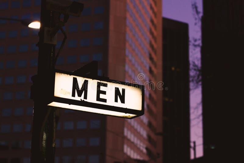 Gli uomini firmano soltanto dentro la città urbana alla notte fotografia stock libera da diritti