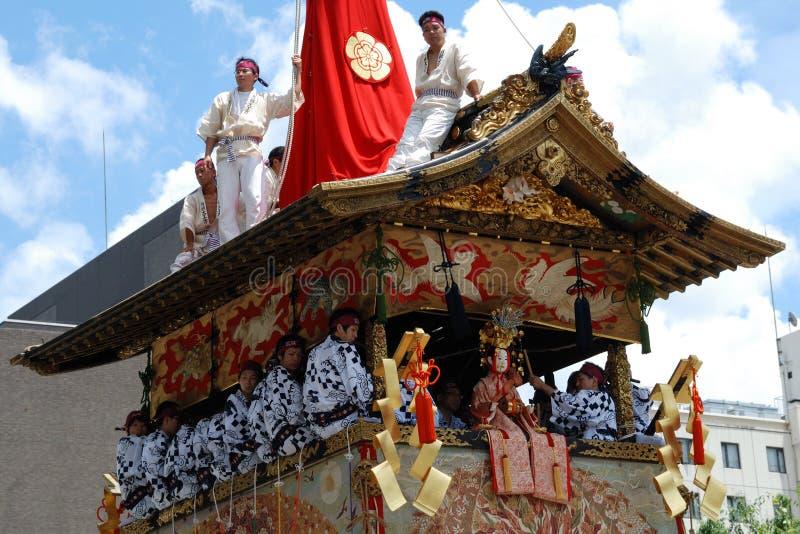 Gli uomini si levano in piedi sul tetto del galleggiante immagine stock