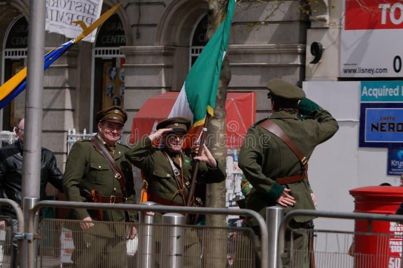 Gli uomini in uniformi repubblicane irlandesi d'annata del soldato salutano fotografia stock