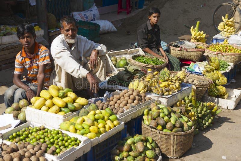 Gli uomini vendono i frutti al mercato locale in Bandarban, Bangladesh immagine stock