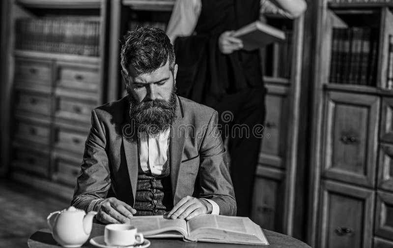 Gli uomini in vestito, in giovani professori o in agenti investigativi passano il tempo libero fotografie stock