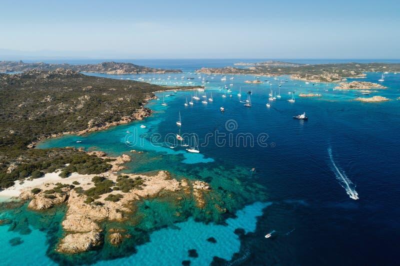 Gli yacht della navigazione si avvicinano alle isole fra la Sardegna e la Corsica immagini stock