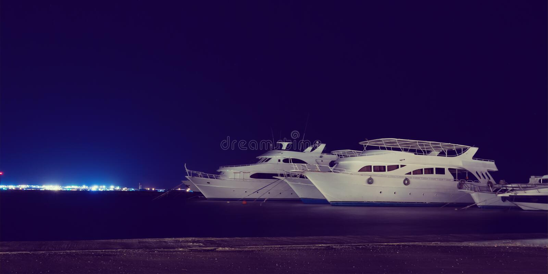 Gli yacht di crociera di immersione subacquea hanno attraccato al porticciolo di notte, retro stile fotografia stock libera da diritti