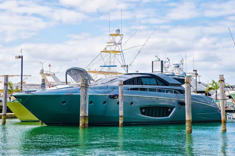 Gli yacht di lusso si sono messi in bacino nel porto di Miami fotografia stock