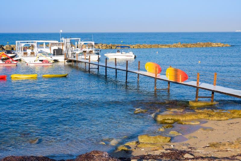 Gli yacht si avvicinano al pilastro Costa di mar Mediterraneo di Pafo, Cipro immagine stock