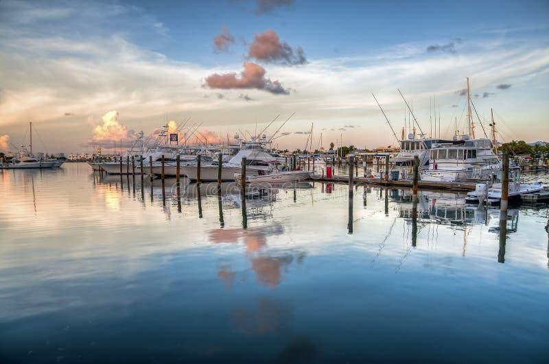 Gli yacht sono ancorati sulle acque tranquille al porto in Key West a fine giornata immagini stock libere da diritti