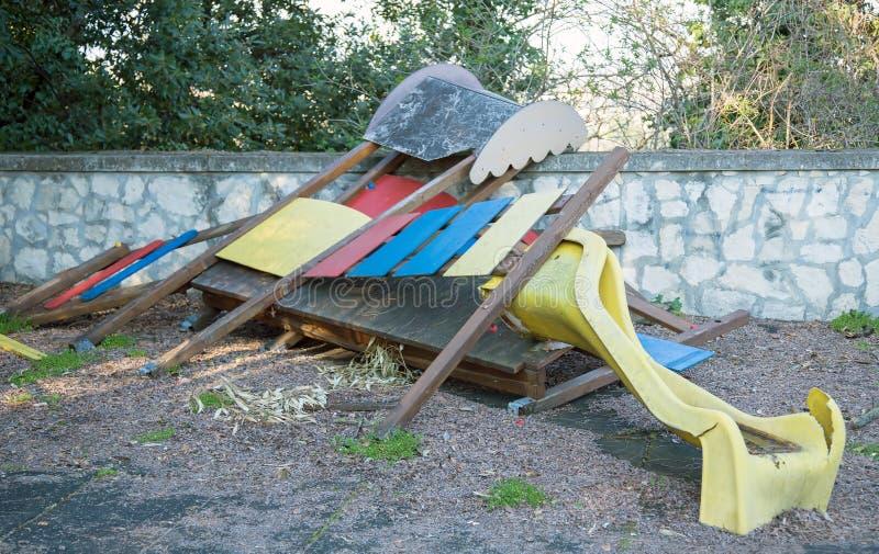 Glid brutet och övergett i en öde lekplats arkivbild