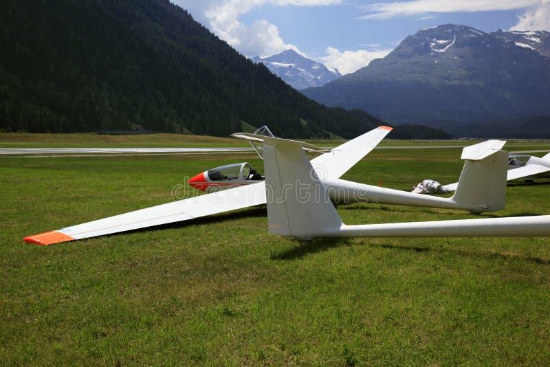 Glidflygplan i bergen av St Moritz royaltyfria bilder