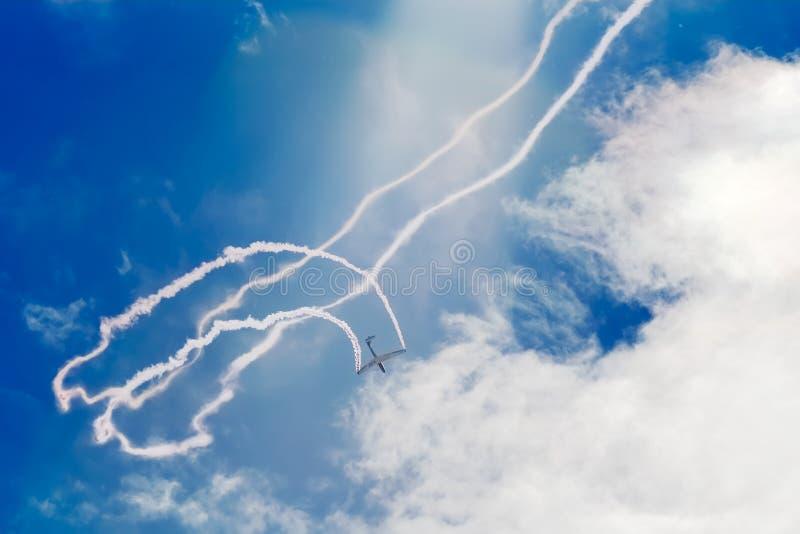 Glidflygplan med rök royaltyfri fotografi