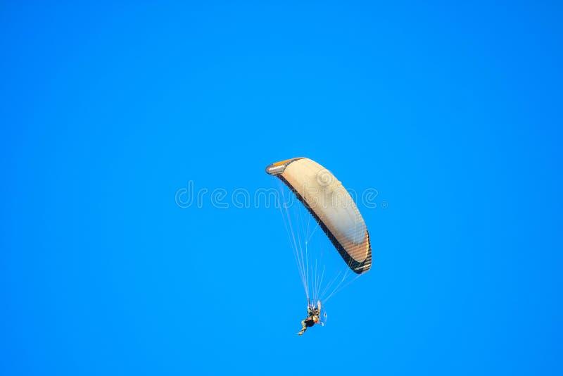 Glidflygplanflyg i himlen royaltyfri foto
